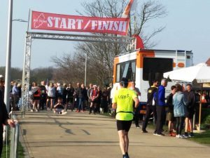 Na ruim 7 uur en 60km in de benen, komt de finish in t zicht. Er is sprake van materiaalmoeheid maar niet bezweken